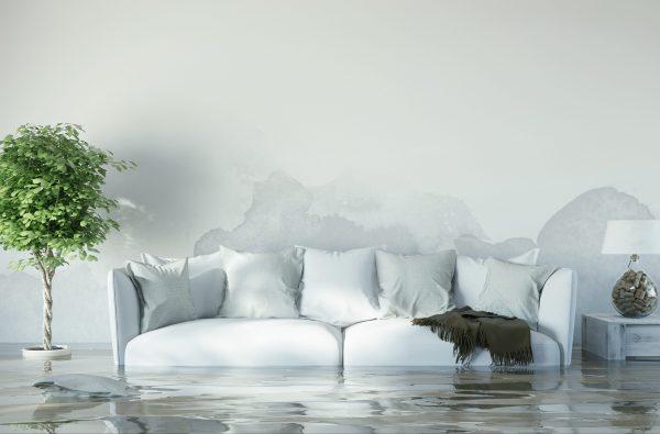 Überflutetes Wohnzimmer nach Wasserschaden